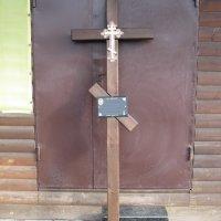 Крест из дерева на могилу. Цвет креста из дерева - тёмно коричневый. Профиль креста из дерева: 100 х 50 мм. Цена креста из дерева - 1500 грн.
