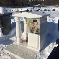 На фото склеп из мрамора для девушки. Купить место в колумбарии на Байковом кладбище в Киеве - от 6 тыс. грн.